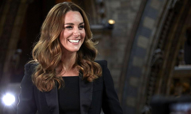 El look de gala de Kate Middleton con esmoquin y pendientes de perlas por once euros