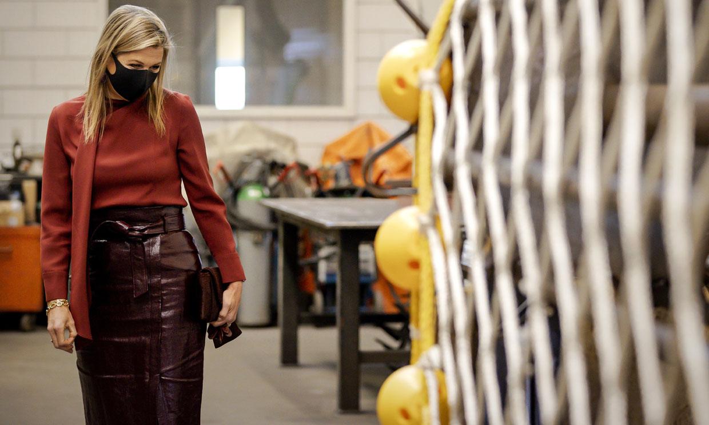 Máxima de Holanda innova al copiar la falda de cuero que fascina a las 'royals'
