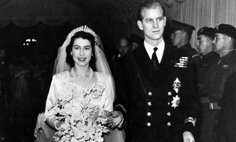Los detalles del fabuloso vestido de novia que lució Isabel II hace 73 años
