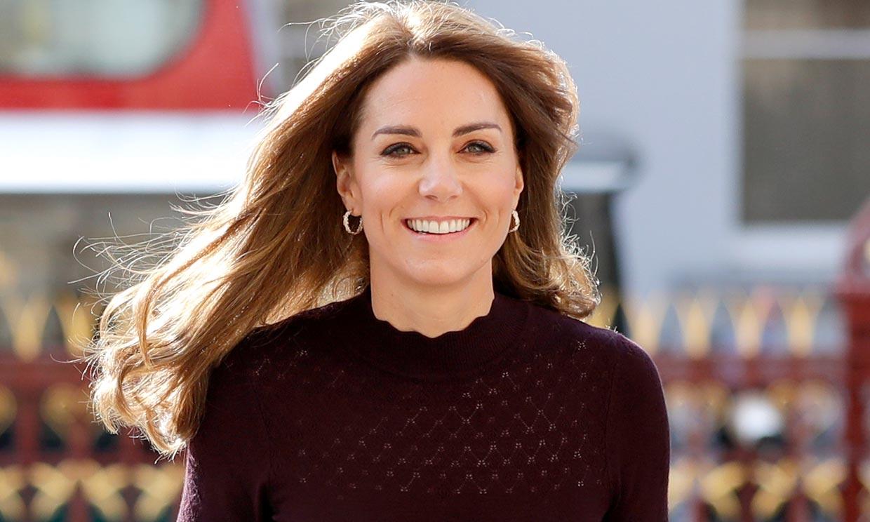 Kate recupera su imagen mas juvenil con 'skinny jeans' para felicitar la Navidad