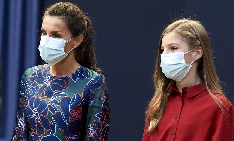 Una bufanda estampada, la enésima prueba de que doña Letizia y sus hijas comparten armario