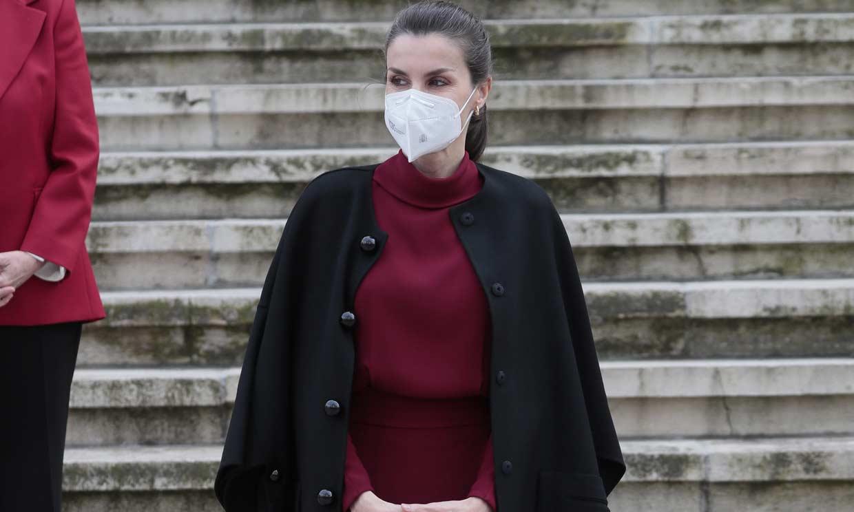 Doña Letizia estrena el vestido español que gusta a las 'royals' en un look bicolor con truco