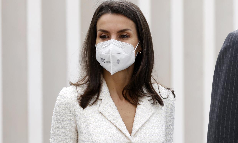 Doña Letizia moderniza su impecable vestido de 'tweed' blanco 4 años después