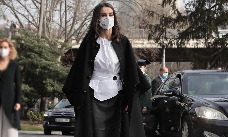 Doña Letizia estrena la falda de cuero a la que estaba predestinada y recuerda a Meghan