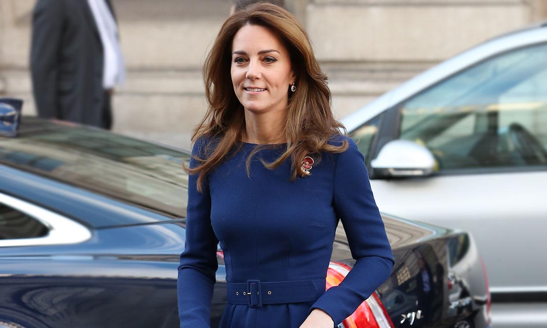 Kate se hace un homenaje a sí misma con su vestido azul que mejor marca cintura
