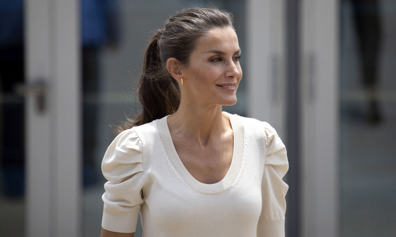 Doña Letizia, la reina que triunfa con pantalones 'wide leg' de tendencia