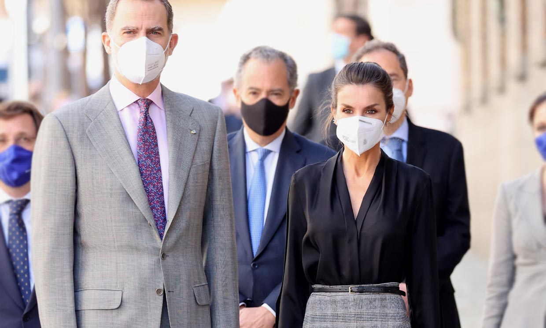 Doña Letizia desvela tres formas infalibles de sacar partido a una falda rebajada