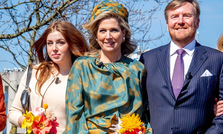 Alexia de Holanda despunta con un minivestido, bolso de su madre y sandalias de Zara