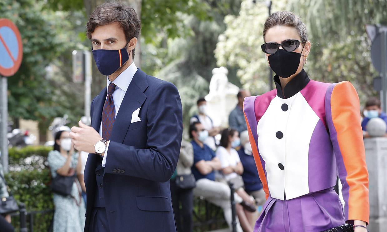 Alejandra Domínguez, una original invitada con traje sastre de Antonio García