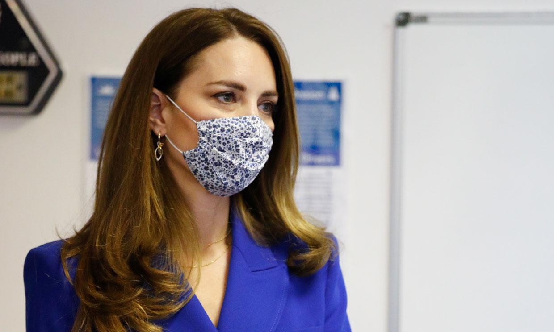 Kate Middleton recuerda a Diana con chaqueta azul de Zara y falda plisada