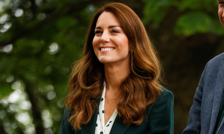 Las claves de Kate para rejuvenecer el traje de chaqueta: camisa estampada y zapatillas