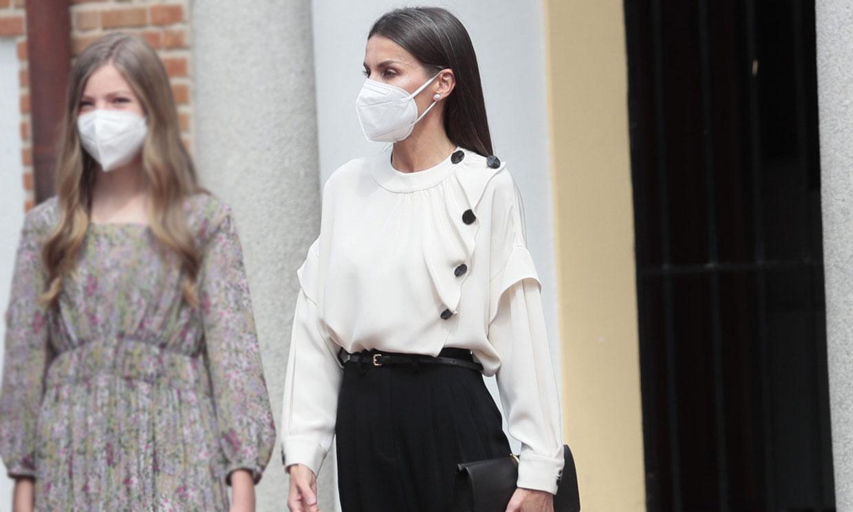 La modernidad de doña Letizia con blusa 'oversize' y zapatos destalonados