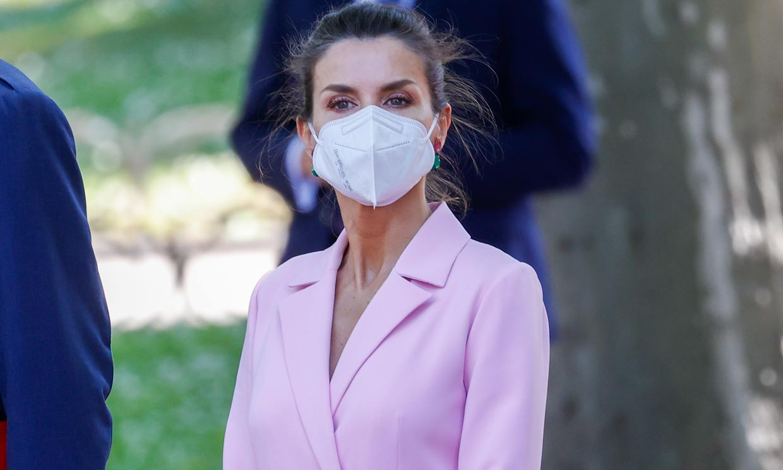 Doña Letizia 'se marca' un Kate Middleton con su nuevo abrigo-vestido rosa