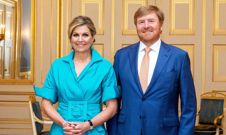 ¡Solo faltaba ella! Máxima estrena el camisero azul que fascina a las 'royals'