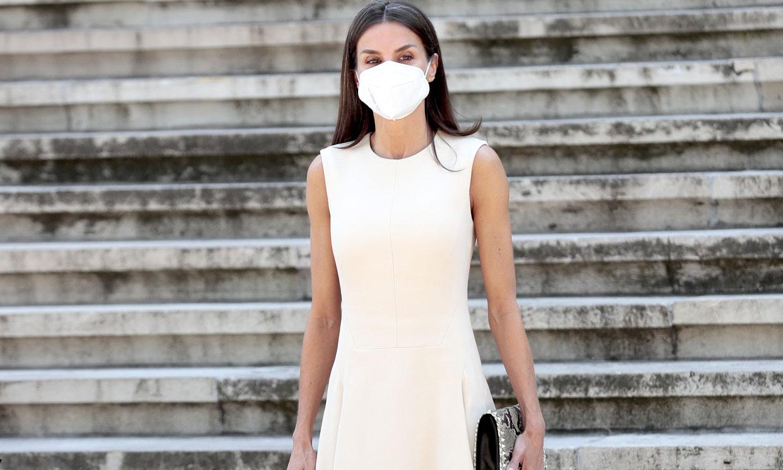 Con complementos de tachuelas, la Reina moderniza su vestido blanco que estrenó en Argentina