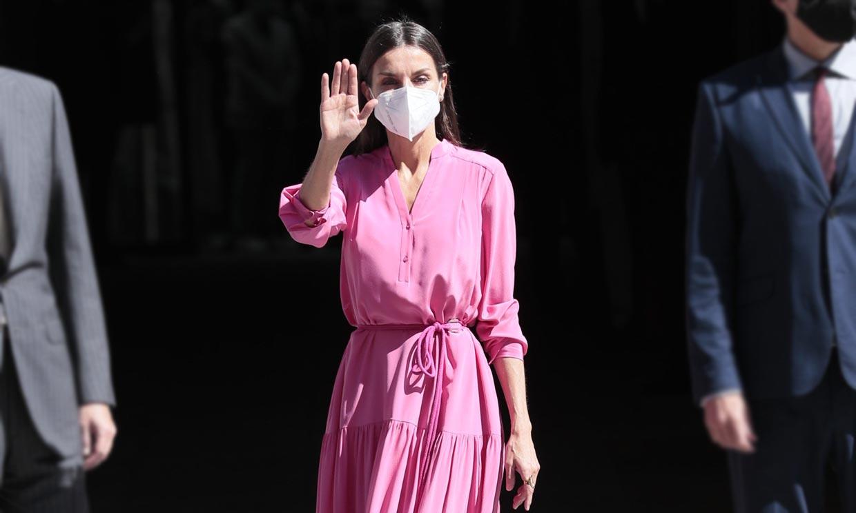 En color rosa y corte 'oversize', el nuevo vestido de la Reina con el que arriesga y gana