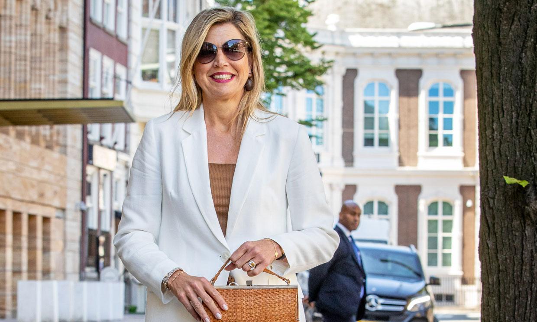 Máxima da una nueva vida a su traje blanco de Massimo Dutti con el que nunca pasa calor