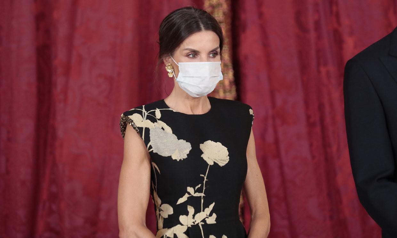 La Reina recupera su vestido de inspiración oriental con estampado dorado