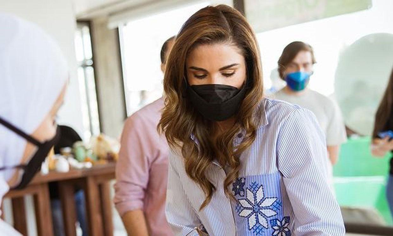 El calzado más rompedor de Rania en un acto oficial: sus zapatillas 'chunky'