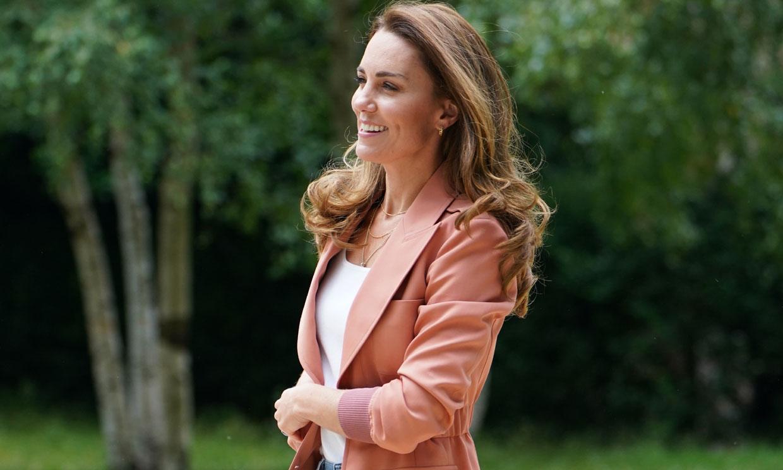 Kate innova con una original chaqueta 'cargo', vaqueros y pendientes de 16 euros