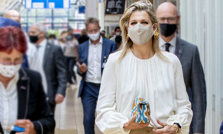 El bolso 'tie-dye' de Máxima de Holanda que lo cambia todo