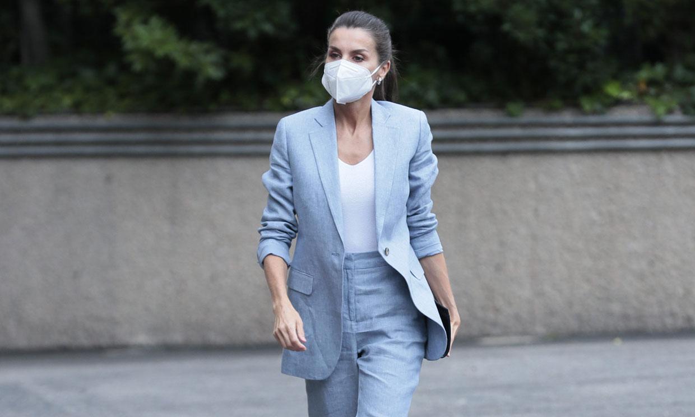 La Reina tarda un año en estrenar el traje de lino azul que es perfecto para verano