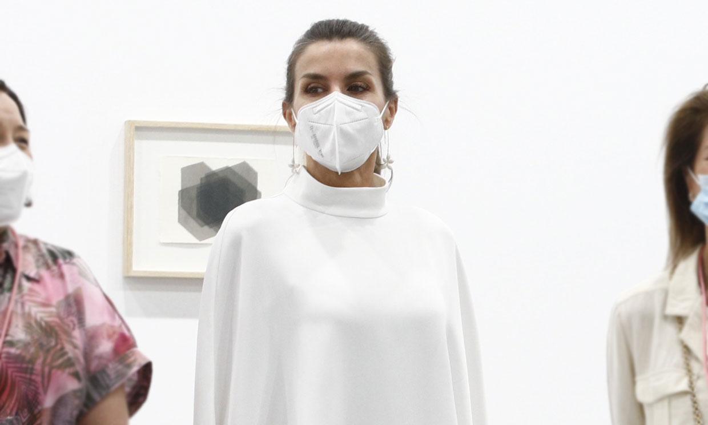 Con capa y pantalón asimétrico, la Reina innova y estrena firma sostenible en ARCO