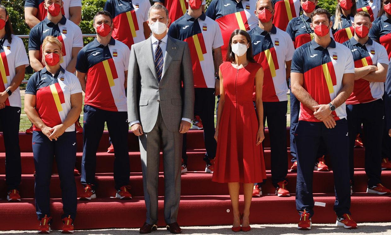 Doña Letizia no arriesga y gana con su vestido rojo infalible