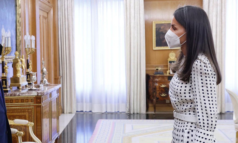 Vuelve el vestido de falsos lunares con el que la Reina lució piernas y dio la vuelta al mundo