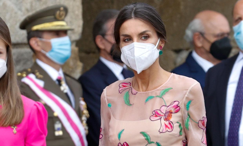 La Reina rescata el vestido de flores transparente que la conectó con una supermodelo
