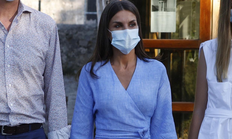 La Reina estrena en Mallorca el vestido cruzado azul con el que no necesita llevar tacones