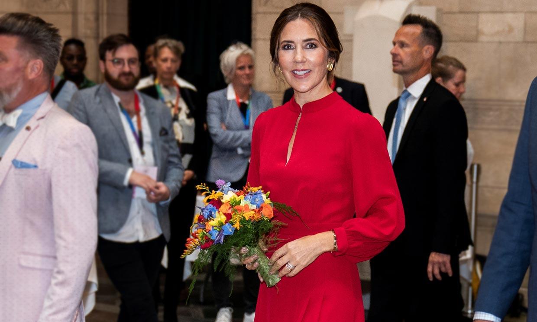 Mary rescata el vestido rojo que conecta los gustos de reinas y princesas