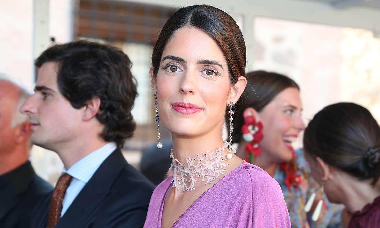 Sofía Palazuelo acierta con un vestido drapeado sostenible y joyas 'made in Spain'