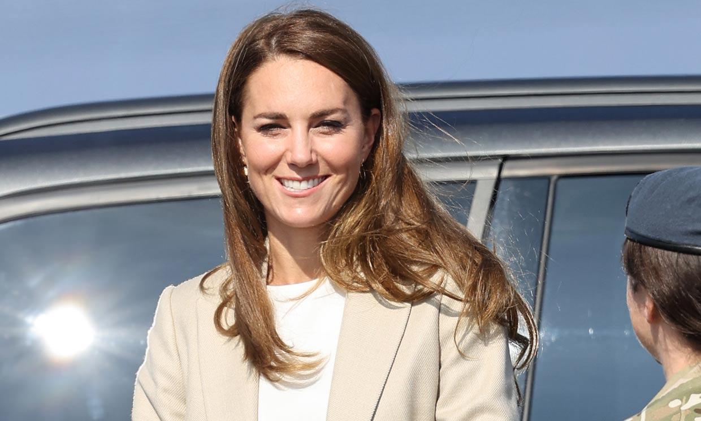 Kate Middleton vuelve al trabajo con unos pantalones palazzo efecto 'piernas infinitas'
