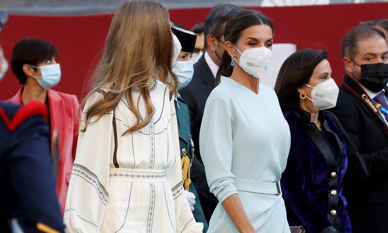 Doña Letizia opta por la sobriedad con un vestido celeste y español en la Fiesta Nacional