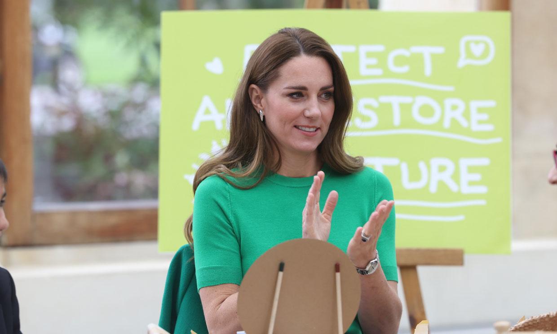 Kate apuesta por el verde con un jersey de Zara y su confiable abrigo 'Allie'