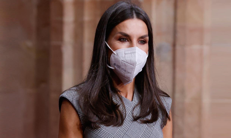 Doña Letizia recicla el falso vestido 'wrap' que estiliza la figura