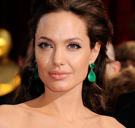 Angelina Jolie, solidaria con los desfavorecidos, subasta joyas diseñadas por ella misma