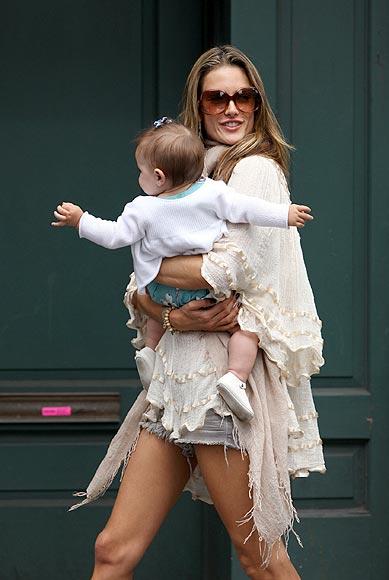 Alessandra Ambrosio, una guapa mamá con mucho estilo