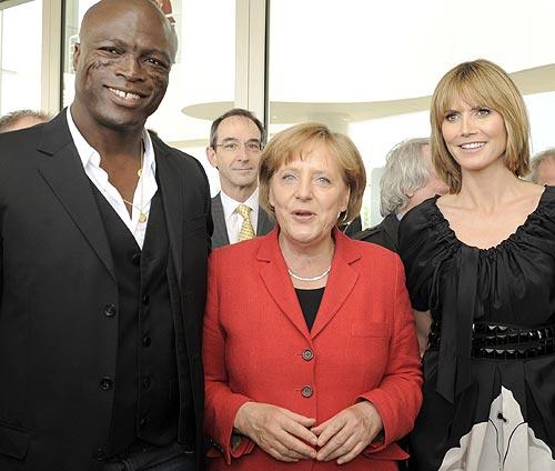 Heidi Klum estrena 'look' en su encuentro con la canciller alemana Angela Merkel
