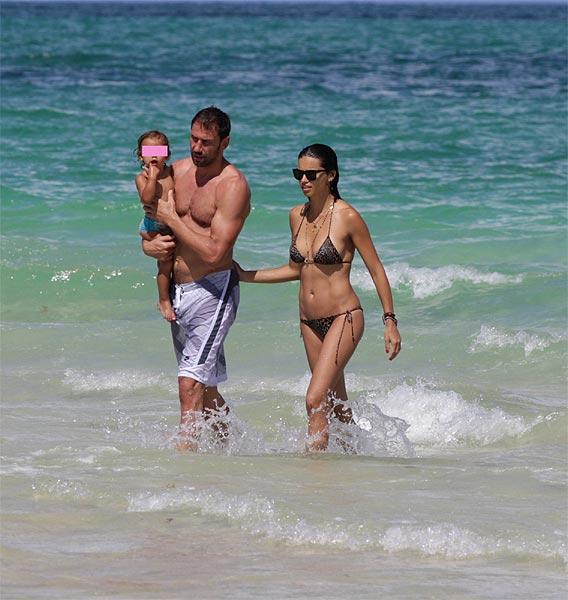 Adriana Lima, de vacaciones con su marido y su hija en Miami