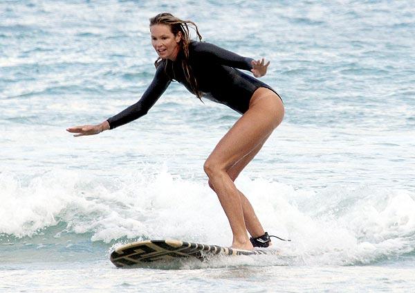 Elle Macpherson, una 'sexy amazona' de la tabla de surf