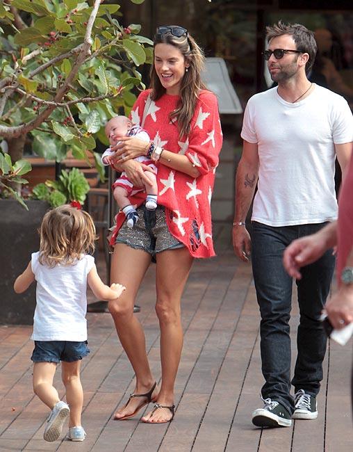 Alessandra Ambrosio: paseo familiar de una mamá a la última