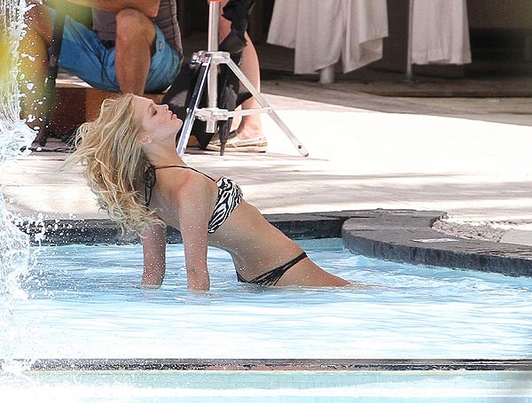 Erin Heatherton, sin Leonardo DiCaprio, se da un refrescante chapuzón en Miami