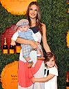 Alessandra Ambrosio, una 'top mamá': Elegida 'la mejor modelo del año'