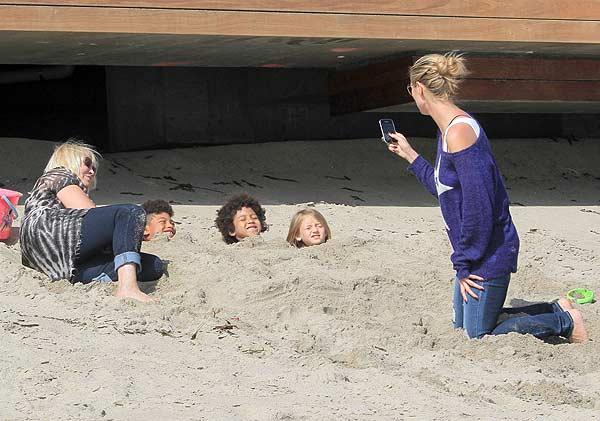 Doutzen Kroes y Heidi Klum, diversión en familia a orillas del mar