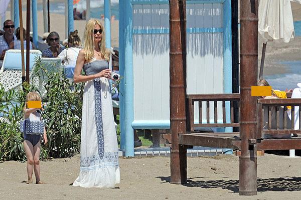 Claudia Schiffer pasa unos días de vacaciones en Marbella junto a su familia