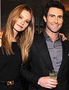 La modelo Behati Prinsloo y el cantante Adam Levine, del grupo Maroon 5, se comprometen