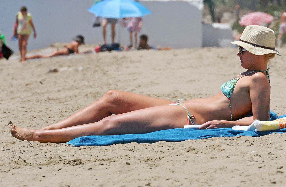 Valeria Mazza, Naomi Campbell, Kate Moss y Carla Bruni: Las 'tops' de los 90 lucen figura en bikini este verano