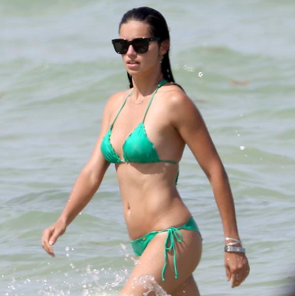 Adriana Lima, una 'soltera de oro', a orillas del mar